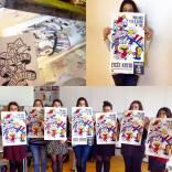 les étudiantes présentent leurs affiches, sérigraphiées par leurs soins