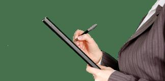 belastingcontrole vrouw in rokkostuum met pen en noteblock