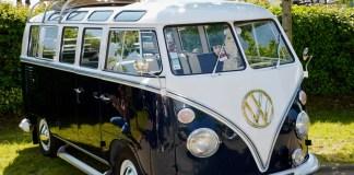 volkswagen busje wit met zwart en gouden vw logo
