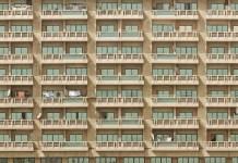 gevel met balkons van groot complex met appartementen flat