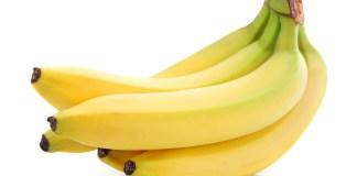 tros bananen vijf stuks geel-groen op witte achtergrond