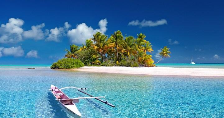 Polynesie reizen reisbureau wit strand met palmbomen en kano