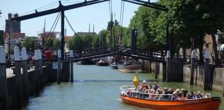 rondvaart in dordrecht rondvaartboot rondvaartschip in gracht bij brug