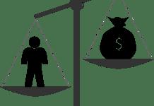 gerechtsdeurwaarder geld en man op weegschaal