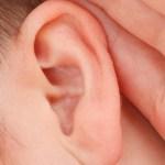 horen close-up van oor met hand