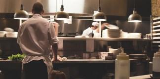 keuken catering restaurant chefkok koks in witte pakken