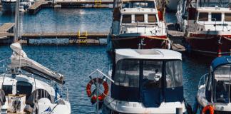 Haven met ligplaatsen voor schepen