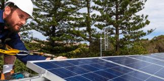 Installatie van zonnepanelen op woning