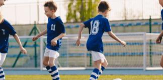 voetbalvereniging voetballende jongens