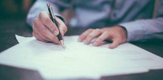 Schriftelijk Pen Man Inkt Papier Potloden Handen