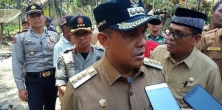 Bupati Aceh Jaya, saat penyerahan bantuan masa panik.
