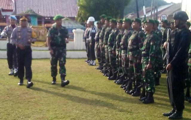 Kapolres Aceh Selatan AKBP Dedy Sadsono didampingi Dandim 0107/ Asel, Letkol Inf R. Sulistiya Herlambang. HB memeriksa kesiapan Anggota untuk pengamanan pemilu serentak 2019 dihalaman Mako Polres Aceh Selatan, Jum'at (22/3/2019)