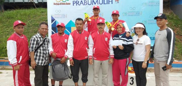 Sudirman saat poto bersama dengan Official tim, Pihak Disporapar Banyuasin dan Panitia Cabor Renang di Kolam renang Patra ria, Pertamina.