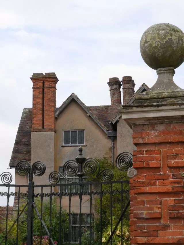 Packwood House from outside the gate