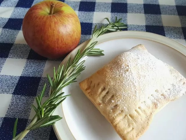 bake to black apple pies