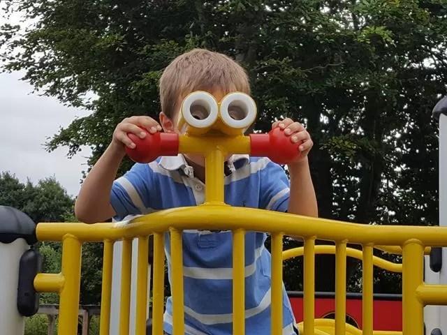 play-binoculars-at-the-park
