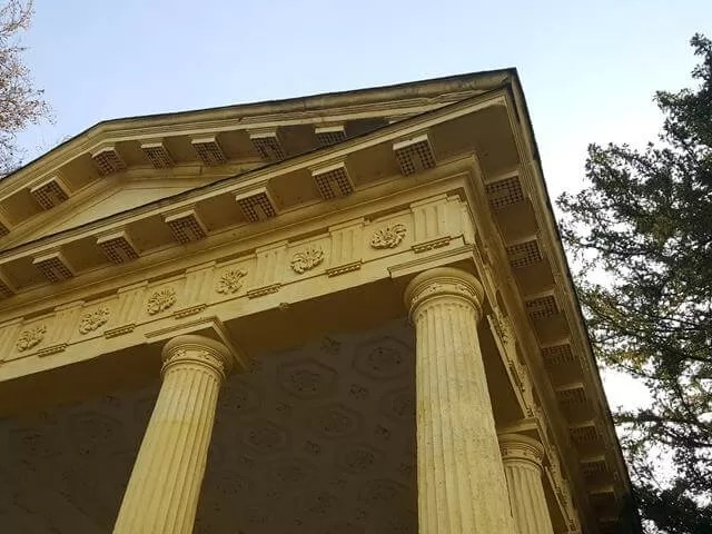 stone building at stowe gardens