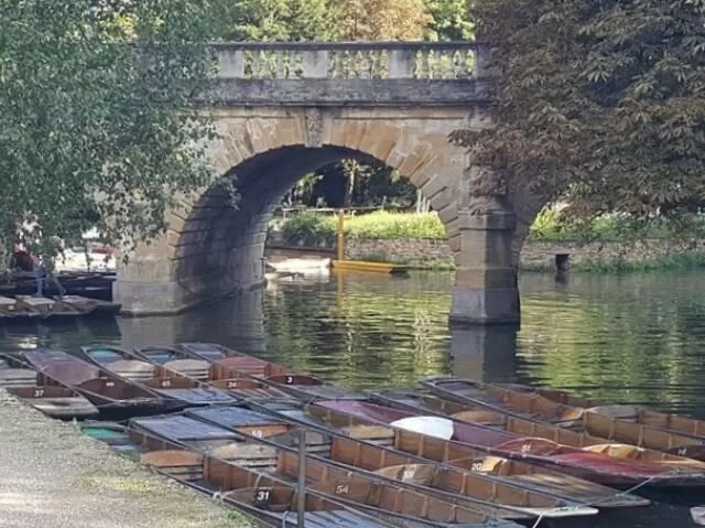 punts under magdalen bridge