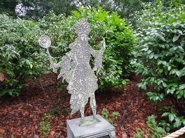 model dancer statue on waddesdon trail