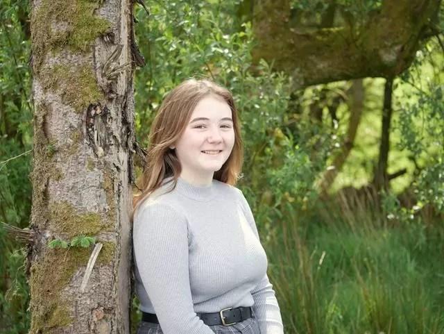 girl portrait against tree