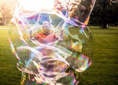 Jero-Nymand-Bubblewelt-Riesenseifenblasen-Kunst-Bielefeld-tripfabrik