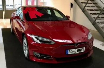electric car Tesla, bubi bottle, water bottle, tesla 2019