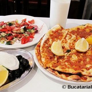 """Lahmacun. """"Pizza"""" originala turceasca cu garnituri."""