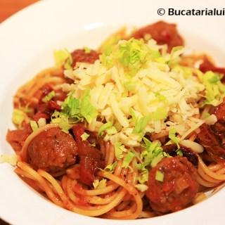 Spaghete cu chiftelute din carnati cu sos si rosii uscate.