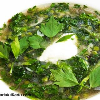 Ciorba de mazare cu salata verde si leustean.