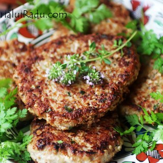 Chiftele cu usturoi verde si cartofi taranesti cu ceapa si paprica.