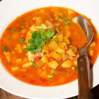 Gulaschsuppe. Supa de gulas, cu legume, dar diferita de norma.