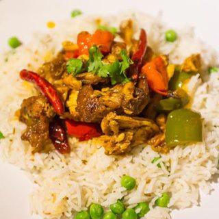 Curry de pui cu ardei gras si ardei iute, orez basmati cu mazare.