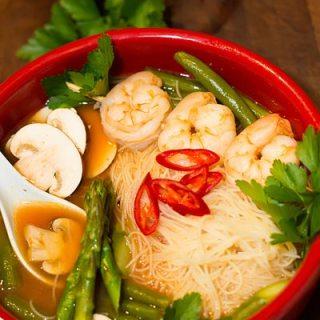 Supa iute acrisoara chinezeasca cu creveti, legume si taietei de orez.