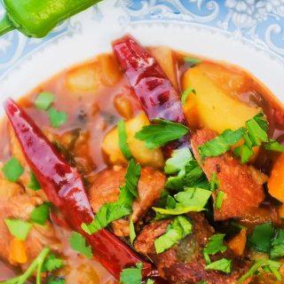 Gulas cu porc si carnati, cartofi si legume, cu ardei iute uscat.