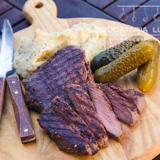 Carne de strut la gratar si piure de cartofi cu mustar.