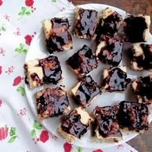 Prajitura de post cu nuca de cocos si glazura de ciocolata