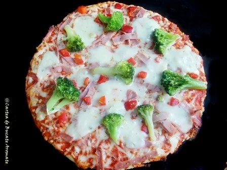 Pizza cu broccoli si sunca de pui