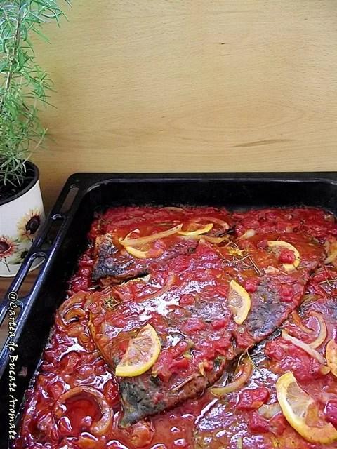 Crap la cuptor cu sos de roşii şi mămăliguţă