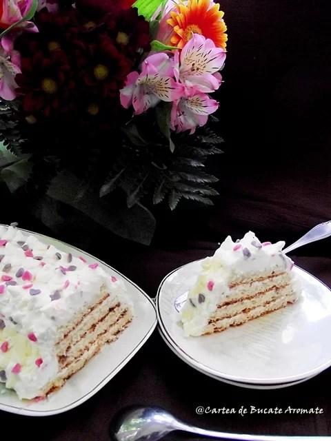 Tort piramidă cu cremă de ciocolată albă