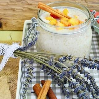 Budincă de tapioca cu piersici şi scorţişoară