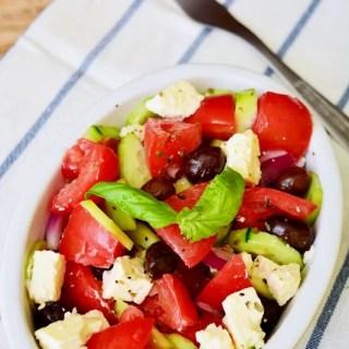 Salată de roşii cu brânză şi măsline