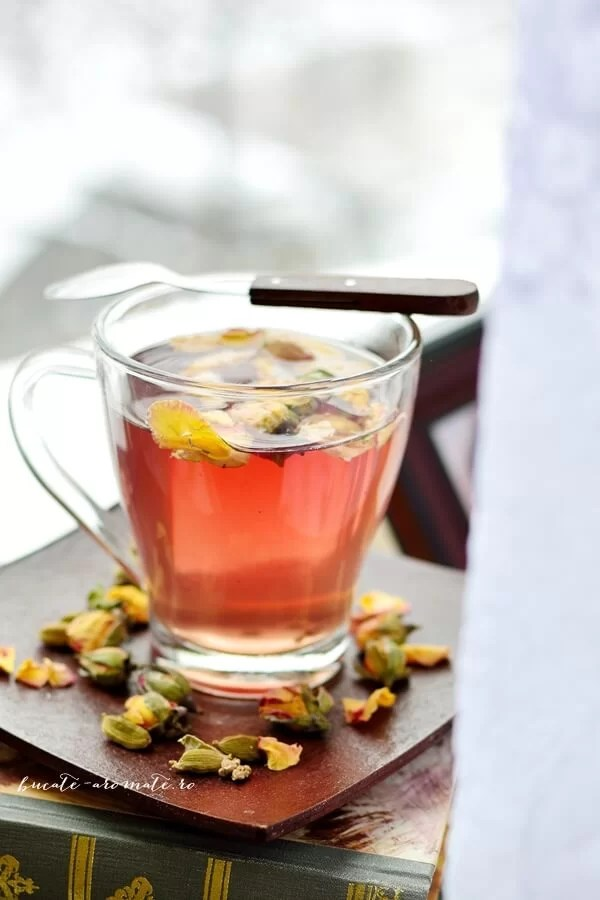 Ceai cu trandafiri, hibiscus si cardamom