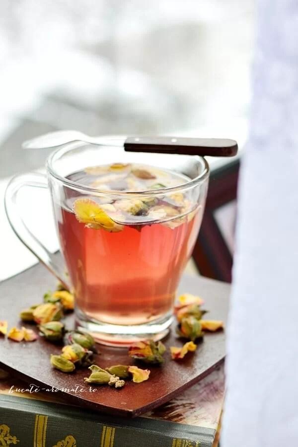 Ceai cu trandafiri, hibiscus și cardamom