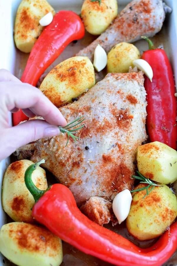 Pulpă de curcan la tavă cu cartofi şi rozmarin