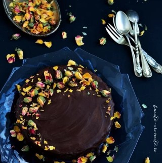 tort-cu-blat-brownie-crema-de-ciocolata-si-trandafiri