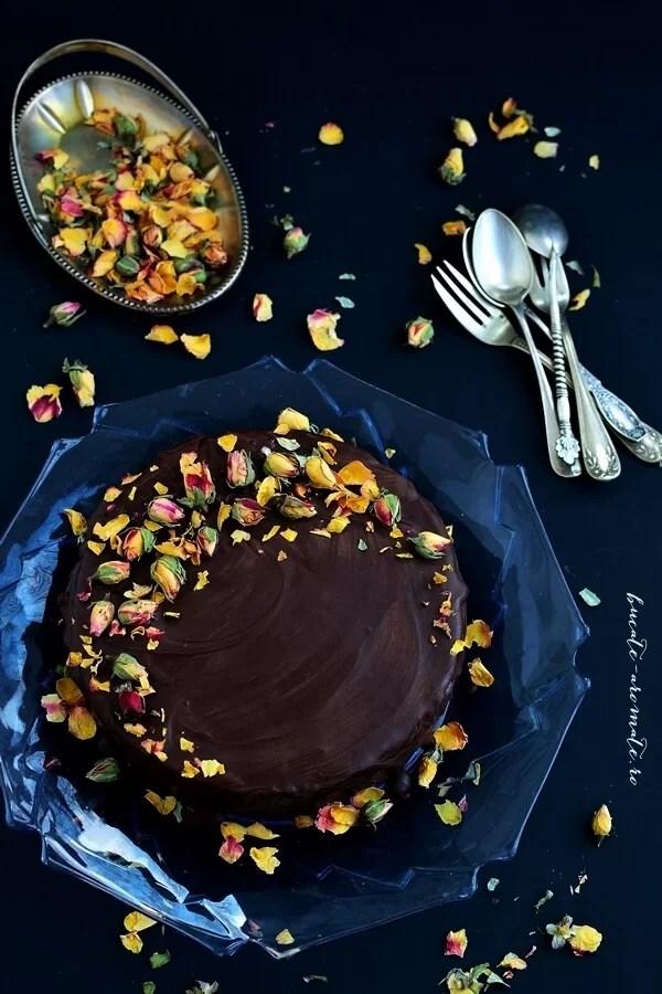 Tort cu blat brownie, cremă de ciocolată şi trandafiri