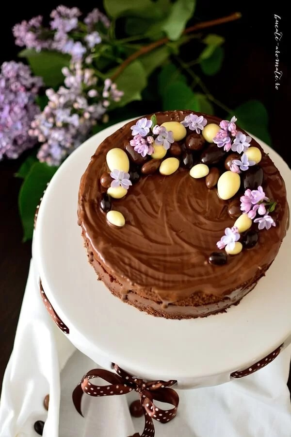 Tort Duo Chocolat într-un decor de primăvară