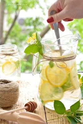 Limonadă cu mentă şi flori de caprifoi