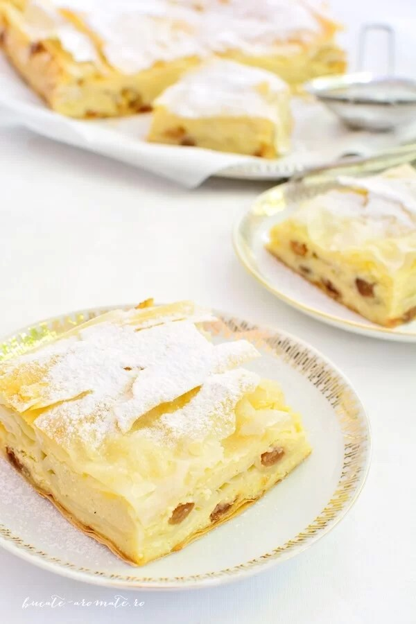Plăcintă crocantă cu iaurt şi stafide