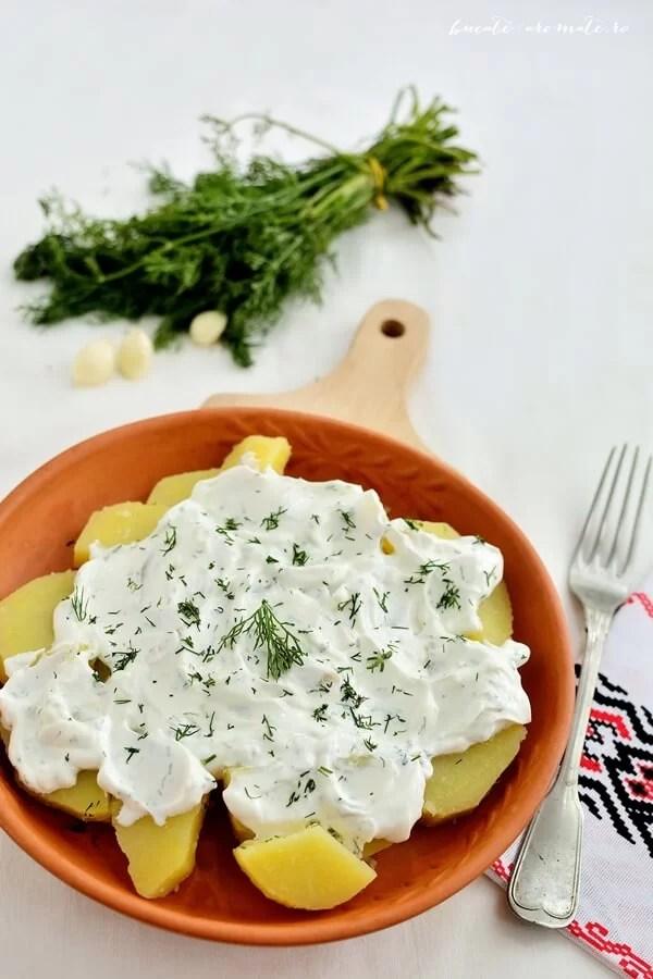 Salata de cartofi cu sos de usturoi, iaurt si marar